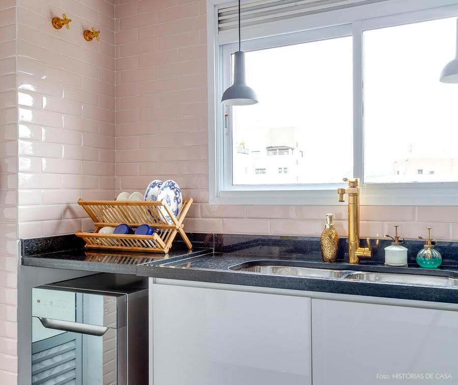 26-decoracao-cozinha-rosa-torneira-dourada
